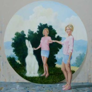 Joy posant devant le tondo : « Le vrai est il vraisemblable » 120cm x 120cm 2014